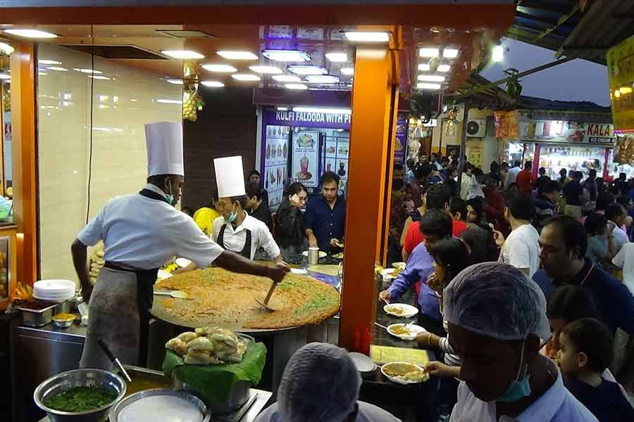 Try local delicacies at Juhu Chowpatty