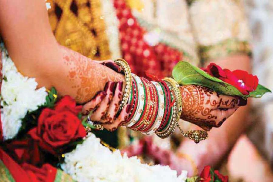 Presence of white and red flags in Kumaoni weddings