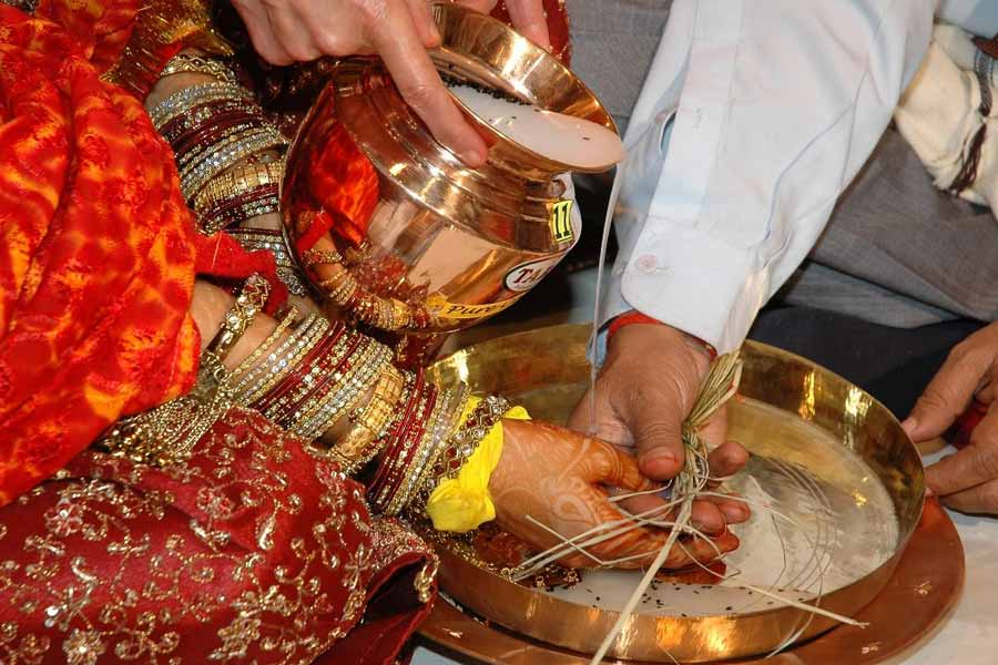 Balancing pots on the head of the bride in Bihari weddings