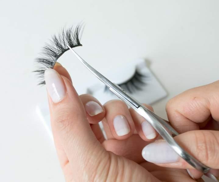 Use false eyelashes