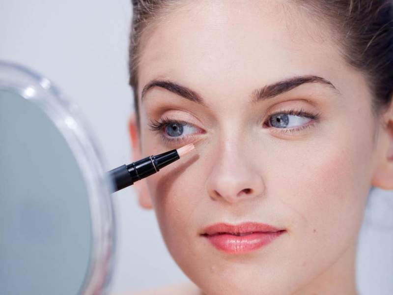 Make wise use of concealer to hide your dark circles