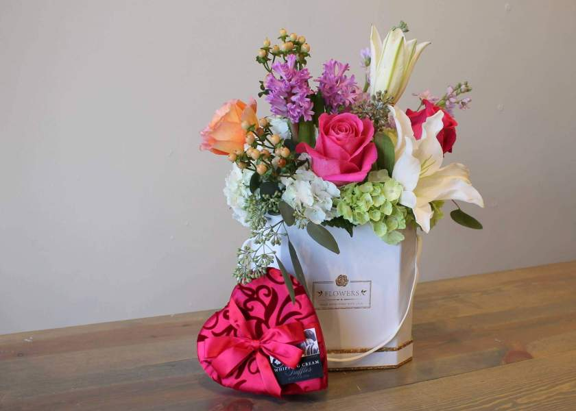Flowers, chocolates and dry fruit pack