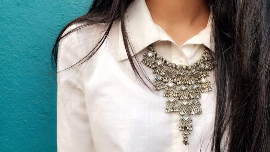 Silvery neckpiece