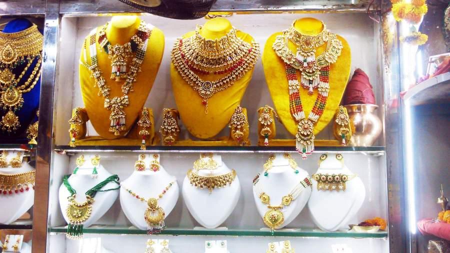 Shopping at Zaveri Bazaar, Mumbai